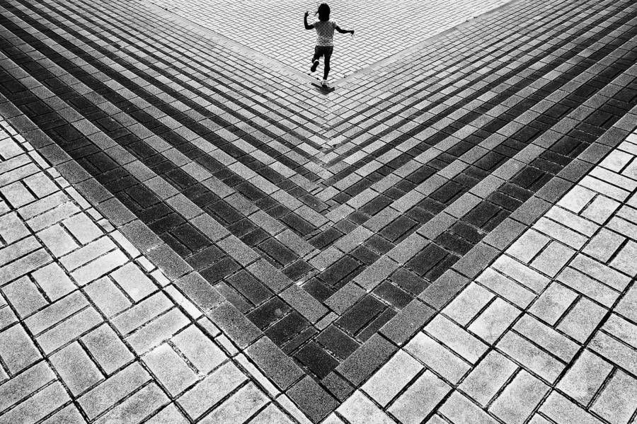 Disorientating Photography by Yusuke Sakai  Yusuke Sakai is a Japanese photographer. In his collection entitled Point of View he explores the places geometry by playing with angles and capturing one or two people in the urban space. Artist likes to mislead our look by disorienting it through perspectives he manages to catch.              #xemtvhay