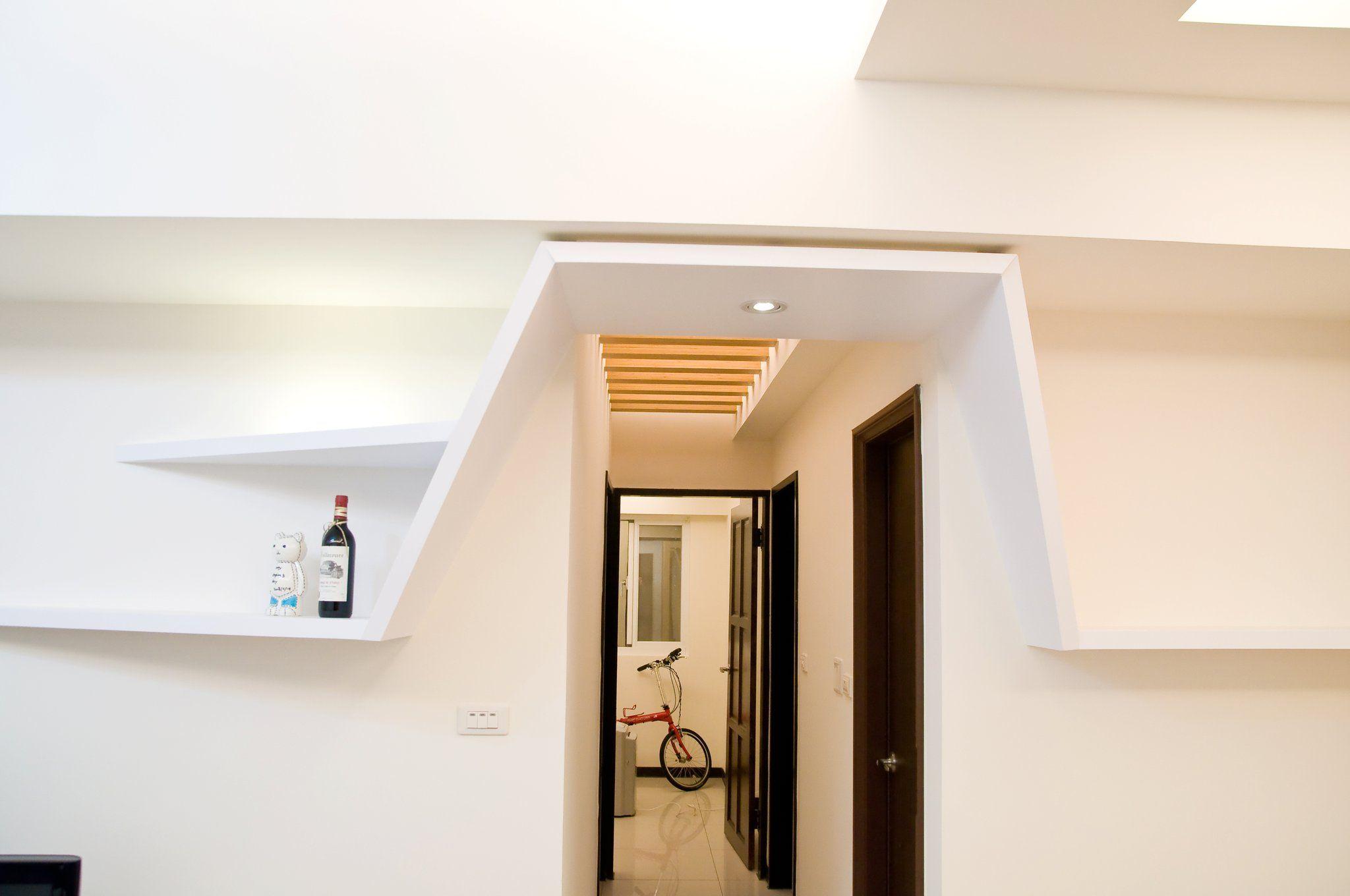 走廊天花板設計 木頭花樣的木格柵 木樑 層板燈 利用木頭溫潤感 為
