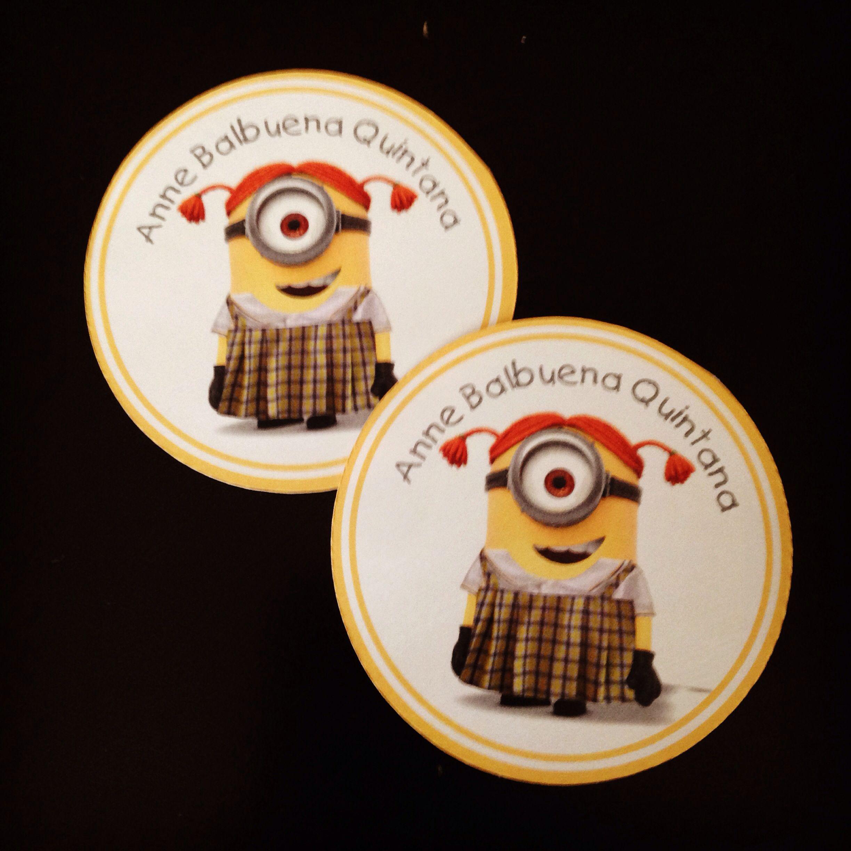 8b4de74f96870 Etiquetas redondas para libros y cuadernos con la minion uniformada de tu  escuela.
