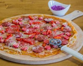 Pizza light de crêpes à la saucisse, au fromage et au poivron