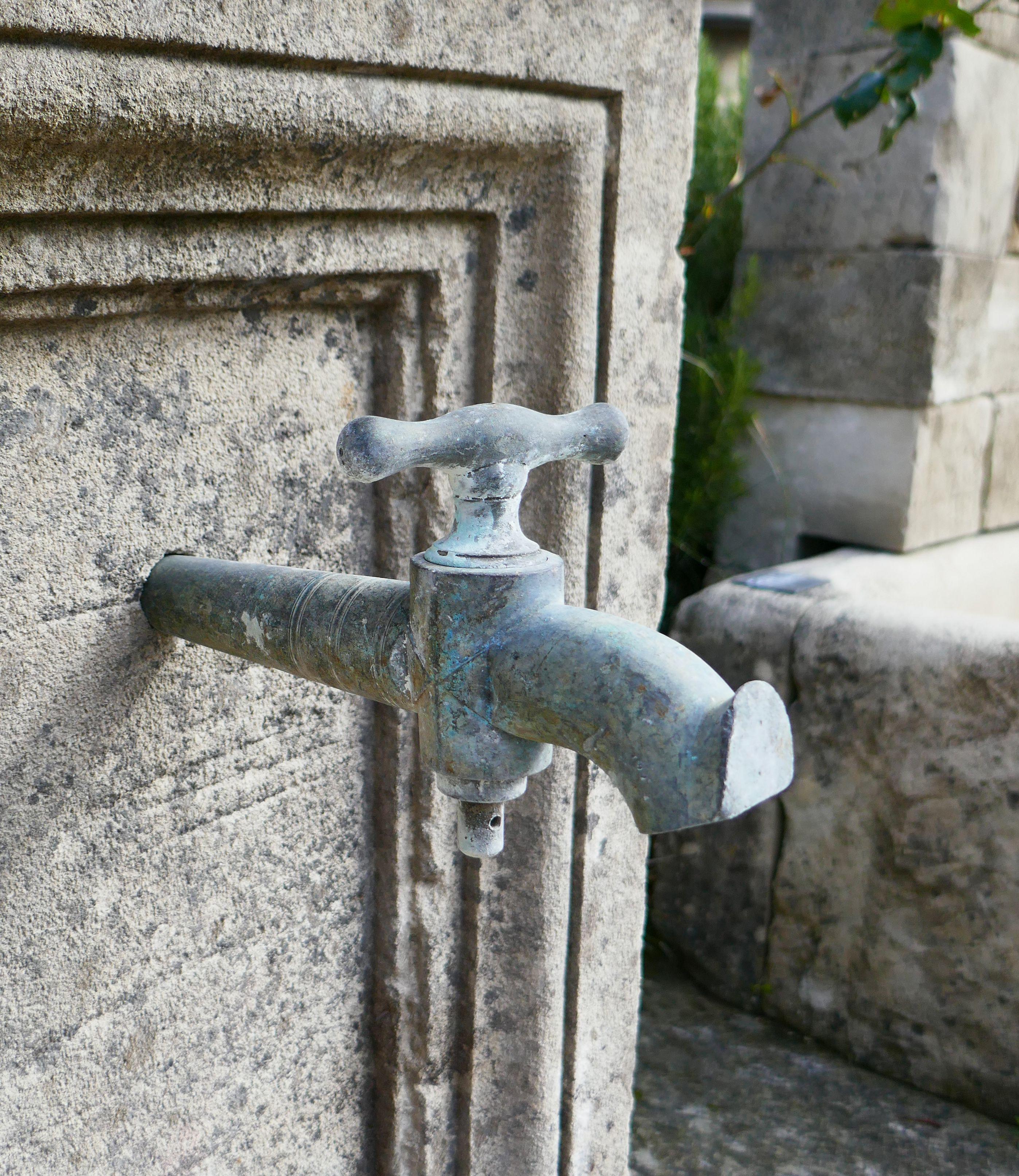 fontaine murale en vieille pierre