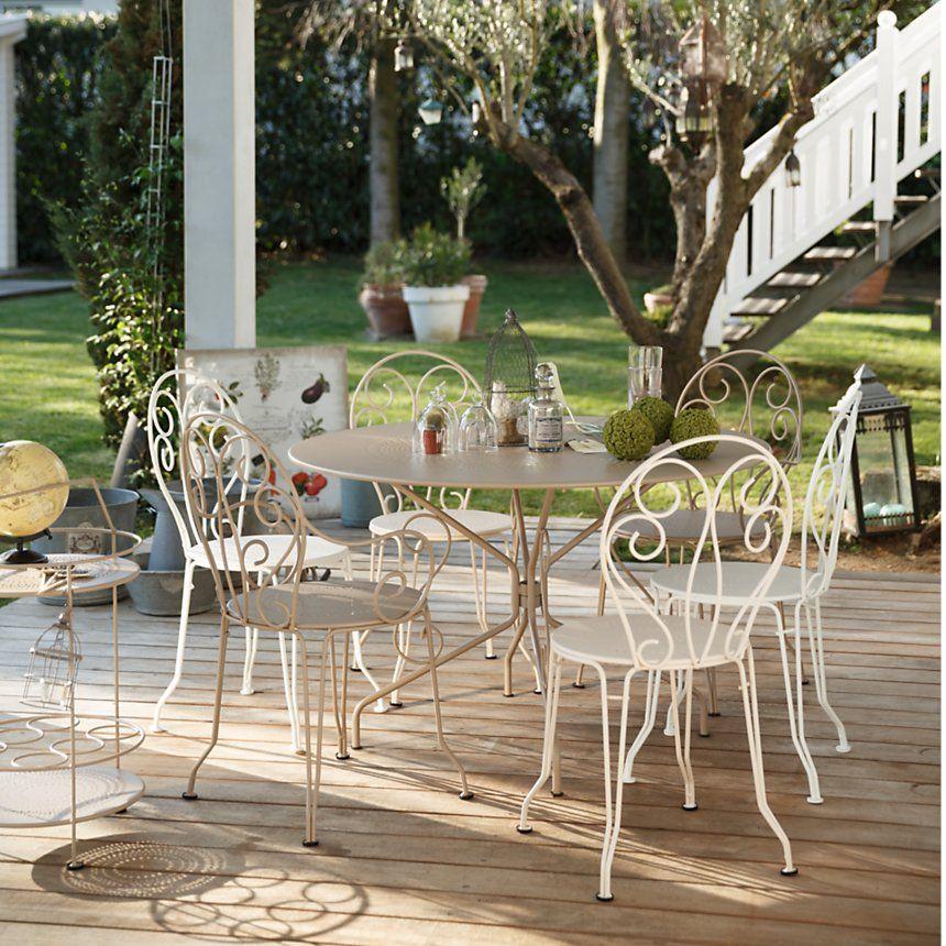 Ensemble D Une Table Et De Chaises Fermob Blanc Style Ancien Salle A Manger Exterieur Sur Une Terrasse Salon De Jardin Table Et Chaises De Jardin Meuble Jardin