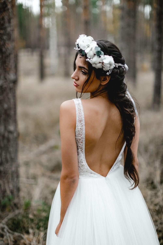 Braut Im Brautkleid Von Anna Kara Brautstrauss Blumen Hochzeitsfotograf Hochzeitsfrisur Hochzeitsfrisur Offe Flechtfrisuren Braut Hochzeit Wald Brautfrisur