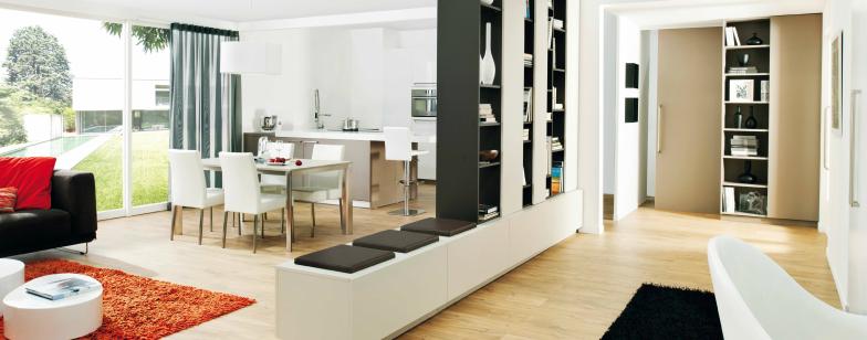 Stue, køkken, opbevaring og arbejdsplads i ét rum.