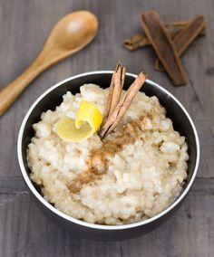 Aprende a preparar arroz con leche vegano. Usando leche vegetal obtenemos un postre más sano y ligero. Un magnífico plato para los amantes de la canela.