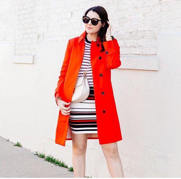 Trinch coat vermelho camiseta listras saia listras