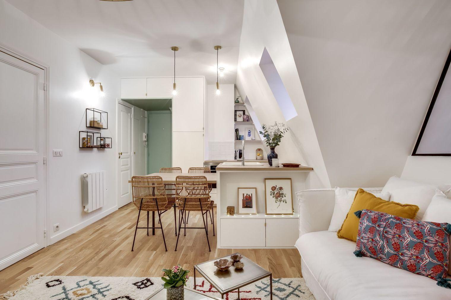 En Video Sous Les Toits Un Studio Aux Faux Airs D Appartement Chambre De Bonne Appartement Maison Et Appartement