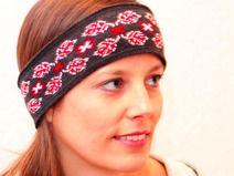 Stirnband aus Merino Wolle. Schmales gestricktes Stirnband mit feinem Muster in rot, grau und weiß.