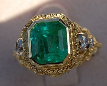 Beautiful 18k yellow gold setting, the nice color of the emerald is superb