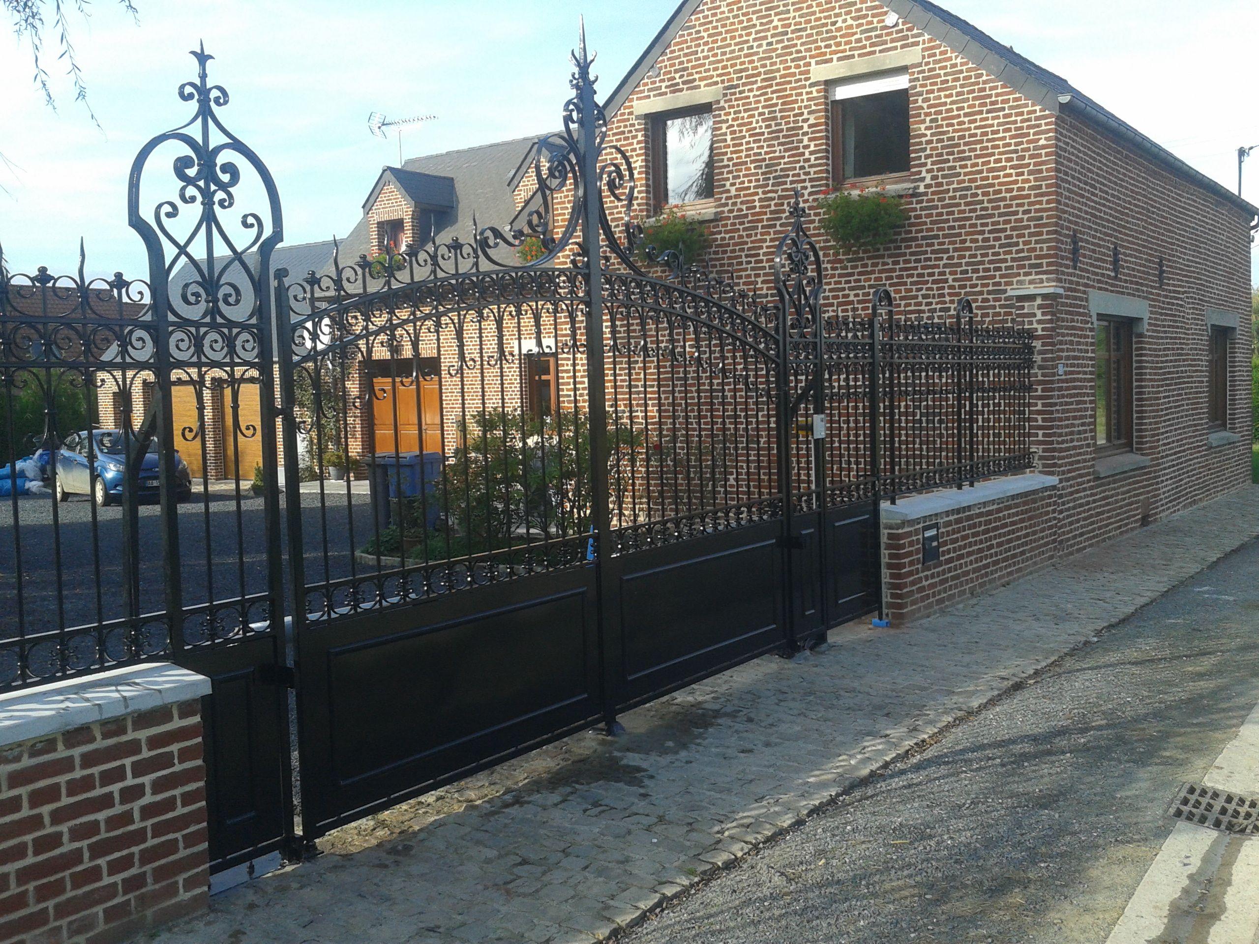 Ce portail et son ensemble de grilles de murets sont reproduits au détail près par rapport à l'ancienne façade. Une renaissance!