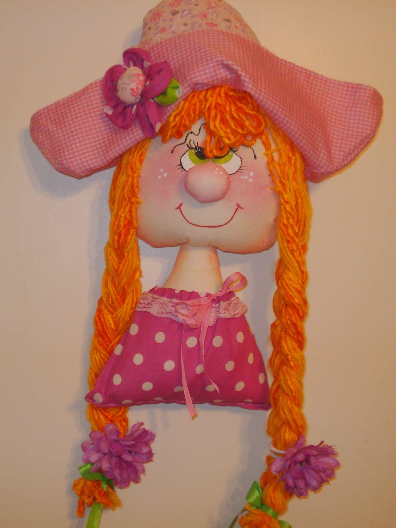 Muñeca de colgar que lleva en sus trenzas gomitas y hebillas para el ...