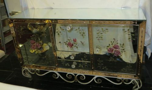 Buffet-miroir-avec-decor-fleurs-eglomises