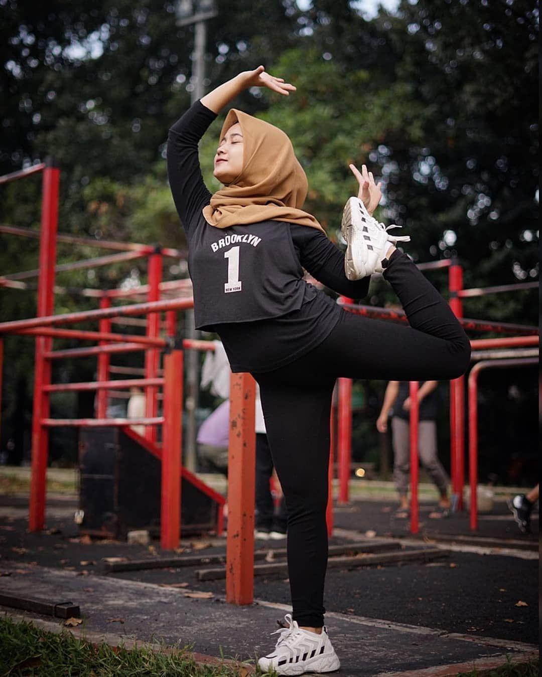 Hijab Cantik Indonesia Di Instagram From Risasabilla Ceritanya Pemanasan Ala Ala Sebelum Olahraga Jangan Lupa Di Like Gaya Hijab Olahraga Mode Wanita