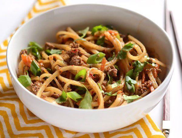 النودلز من أكثر الأطباق شهرة في المطبخ الآسيوي وتتعدد طرق تحضيره ومكوناته حضرنا لك في مطبخ طبق اليوم بالصور وصفة Fried Beef Beef Stir Fry Beef And Noodles