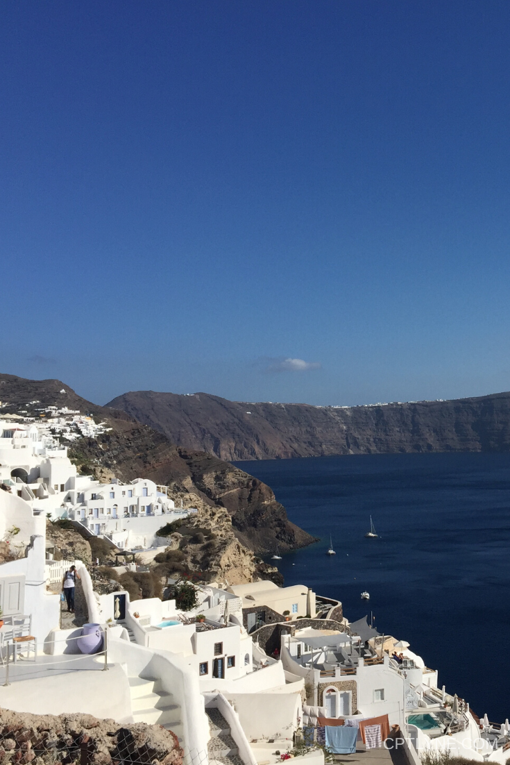 Santorini is one of the most famous Greek islands along with Crete and Mykonos for a reason, the landscapes there are amazing and there is a lot of fun activities to do, from beaches to hiking and delicious dishes you won't be bored a minute! Find out how to spend 4 days in Santorini with my travel itinerary #travelguide #travelingtips #phototravel #travelphotography #wanderlust