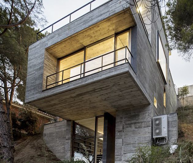 Steep slope house design goes vertical just like trees for Steep hillside house plans