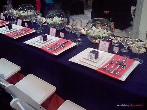 une table plus moderne avec les vases boules   déco bleu marine