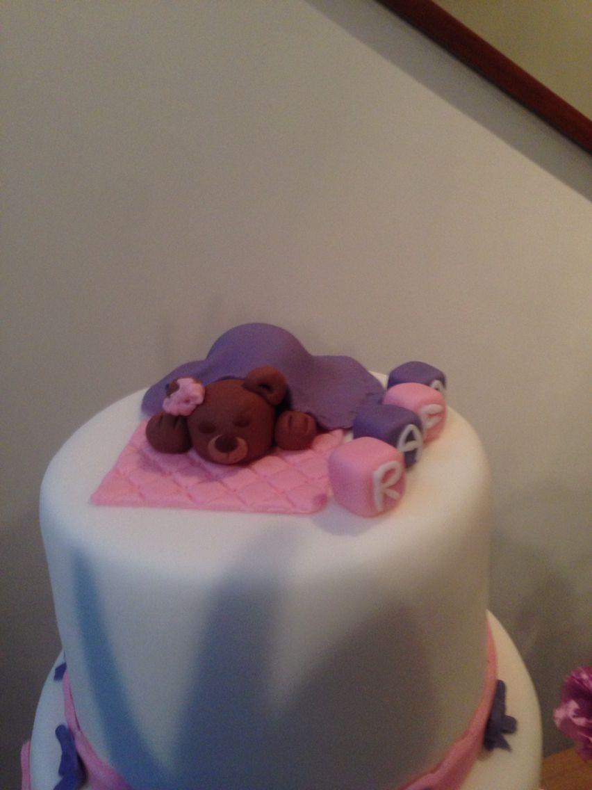 Detalhes do topo do bolo. Ursa dormindo com cubos com o nome do bebê