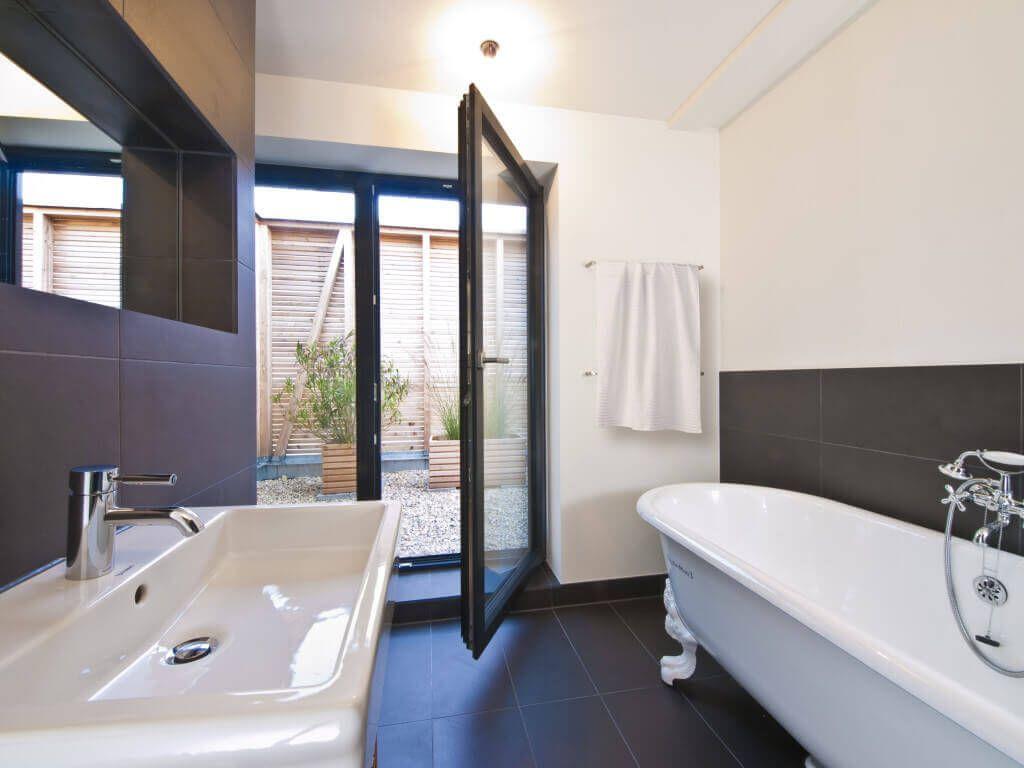 Badezimmer Ideen modern weiß grau Haus Frey_Baufritz - Bad Fliesen ...