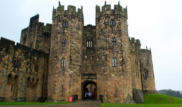 Alnwick Castle The Castle That Starred As Hogwarts In Harry Potter Alnwick Castle Castle Alnwick