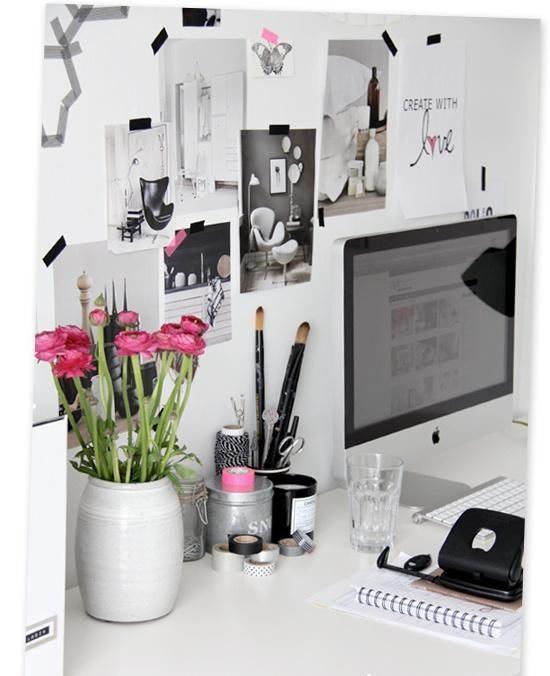 Schreibtisch Dekorieren Fur Fruhling Vase Rosenstrauss Arbeitsplatz