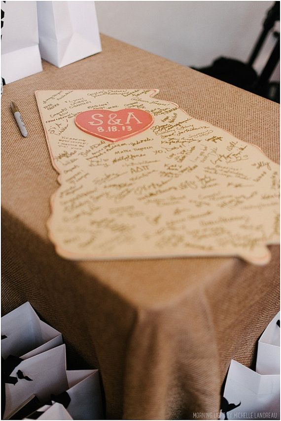Livro de convidados! Mais uma ideia original: as pessoas escreverem num pedaco de madeira, com a forma que quiserem!