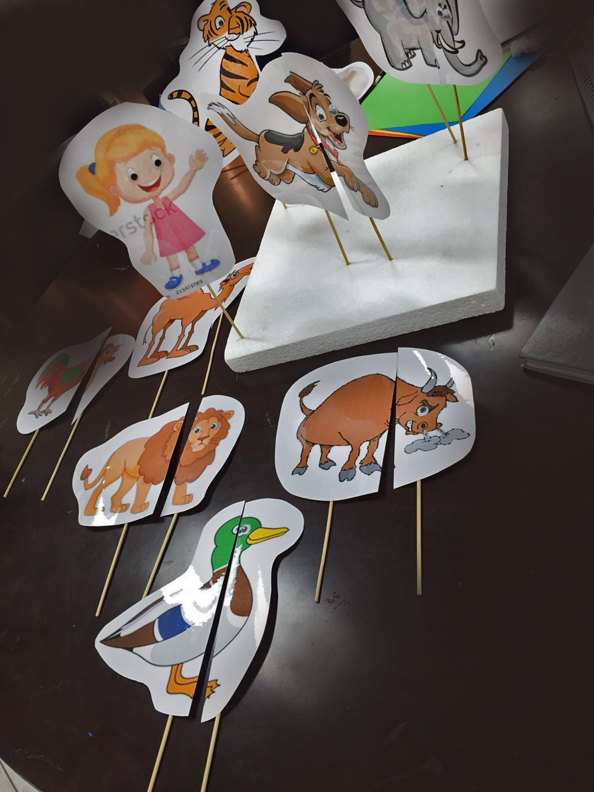 Sumayahkawther تشرح المعلمة درس الاستهلال والقافية للأطفال مستعينة بوسيلة الحيوانات وهي عبارة عن اولا Background Design Vector Busy Book Background Design