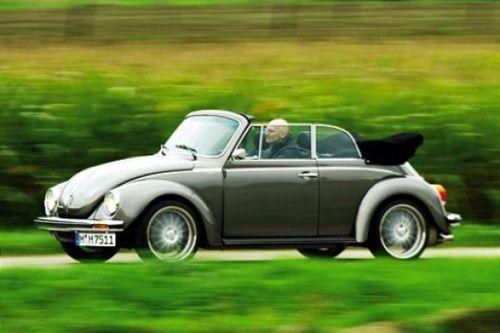 """Zurück in die Zukunft  Unter dem Label """"Feine Cabrios"""" produziert die Firma Memminger fast vollständig verzinkte Käfer-Neuwagen. Die ihren Preis haben."""
