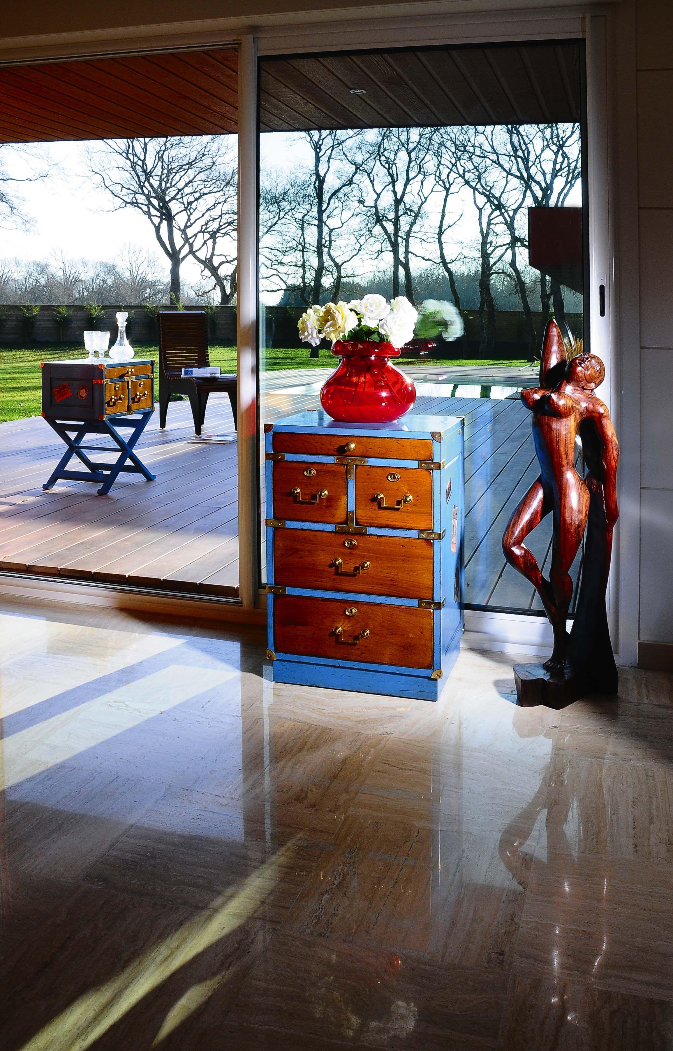 reismeubelen dressoir blauwe accenten klassiek dressoir woonkamerinspiratie woonkamer ideen klassiek interieur