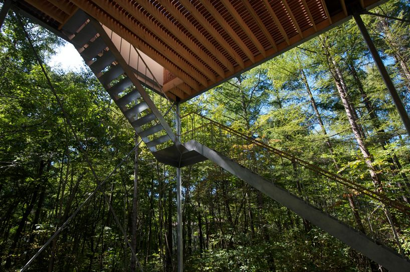 propped 6.5 meters into the air through a series of stilts and cross braces, the weekend cabin features views that reach beyond the treetops and on to the nearby mountains.