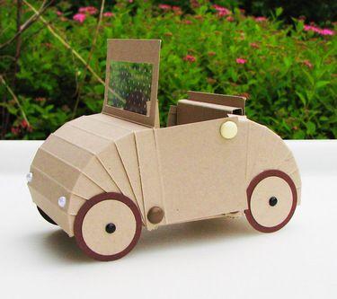 ein cooles Hochzeitsauto als Pappe, geniale Idee!
