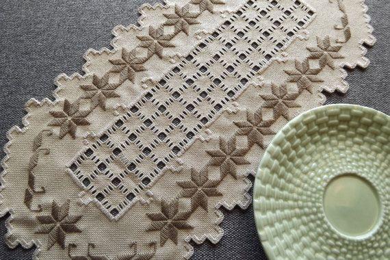 Centro de mesa de tapete Hardanger - Brown en tela color champiñón con corte detalle