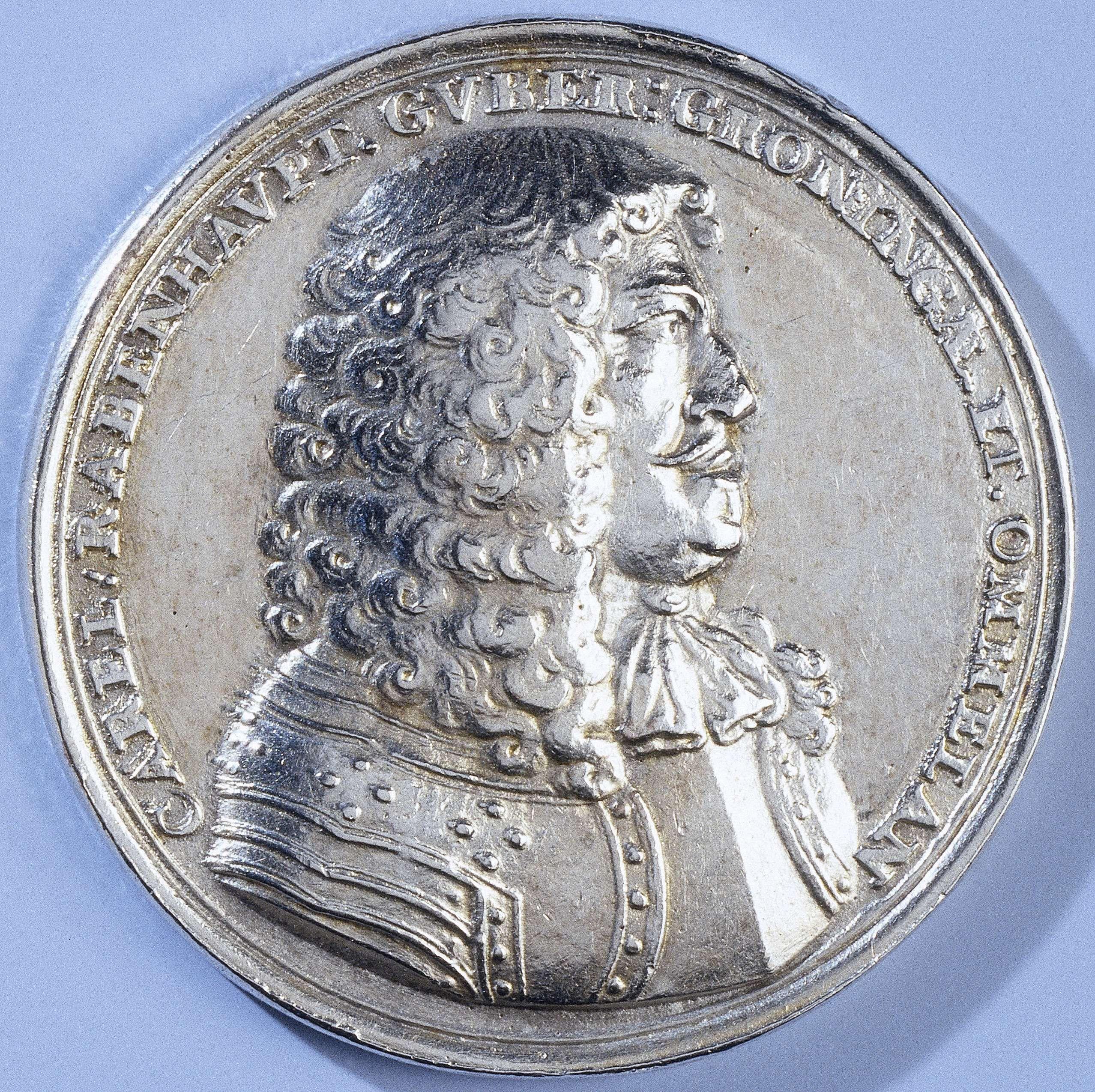 Anonymous | Carel Rabenhaupt, bevelhebber der stad Groningen, Anonymous, 1672 | Zilveren penning. Voorzijde: borststuk man binnen omschrift. Keerzijde: opschrift tussen zegepalmen.