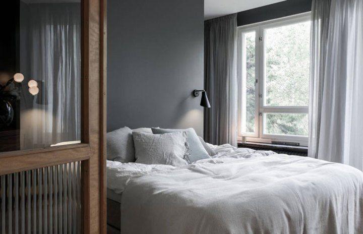 Walk-in closet detrás del cabecero de la cama Scandinavian and