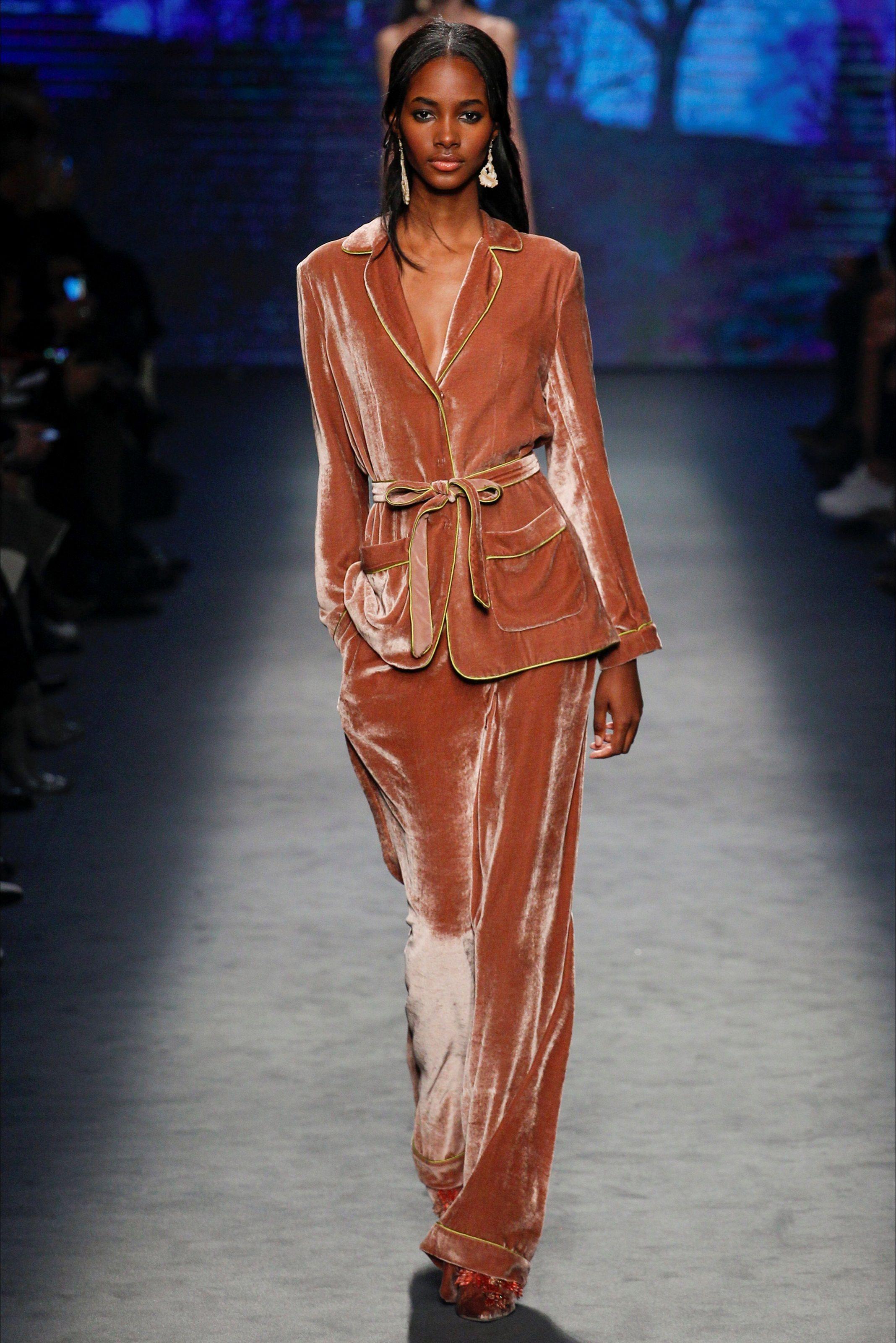 pretty nice 7f8d6 f7b96 Guarda la sfilata di moda Alberta Ferretti a Milano e scopri ...