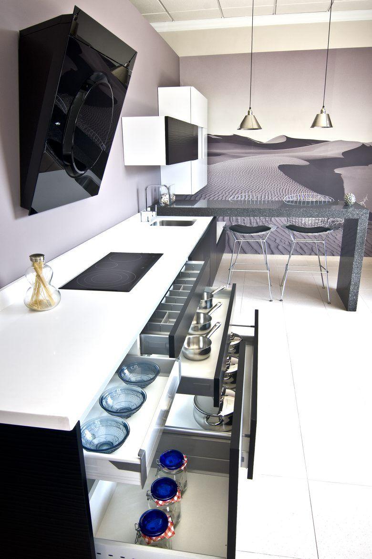 Cocina lacada con puertas terminadas en onda color blanco for Encimera de cocina lacada en blanco negro