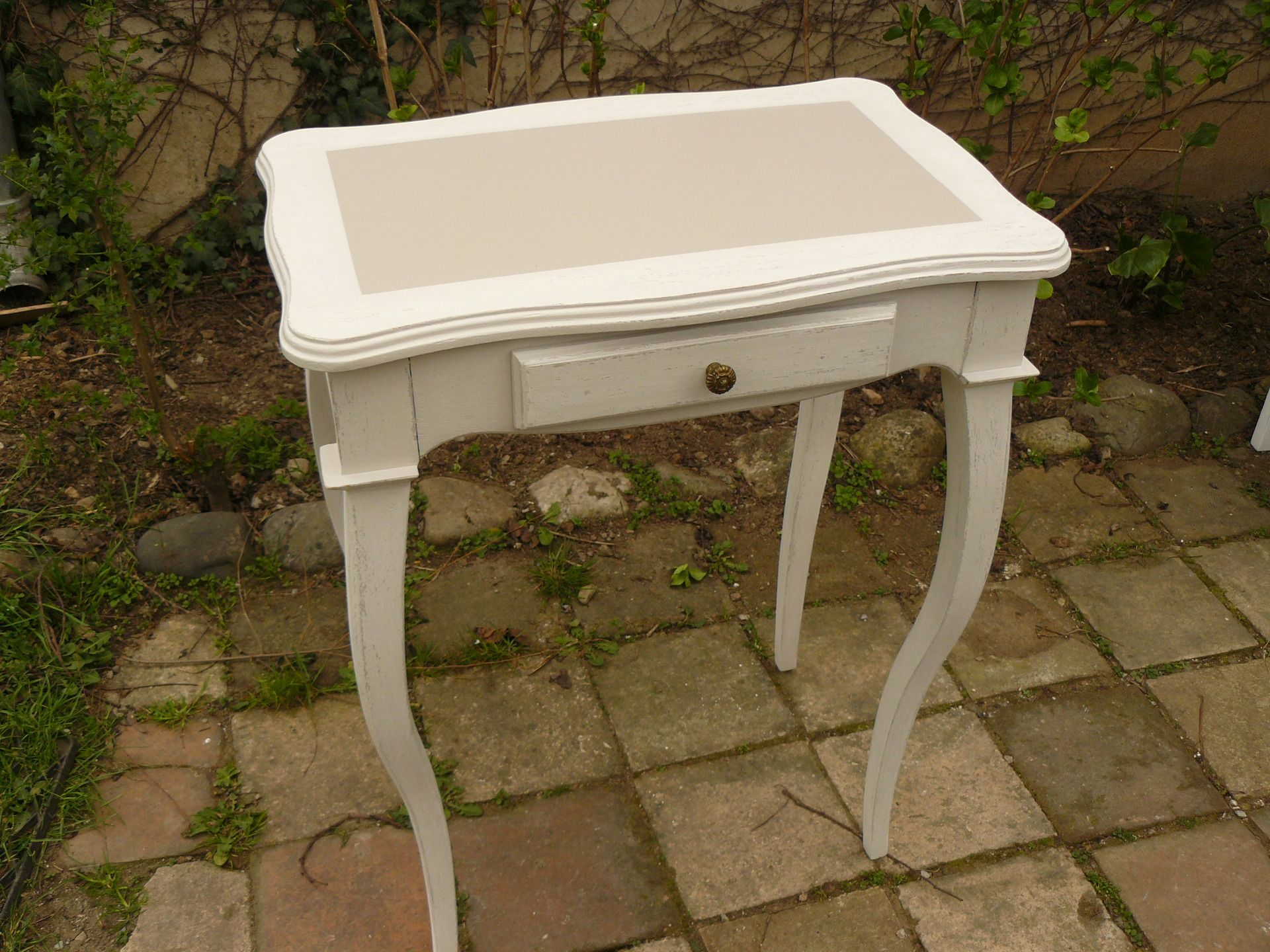 console en bois peint en taupe et cru patin avec un triroir meubles et rangements par. Black Bedroom Furniture Sets. Home Design Ideas
