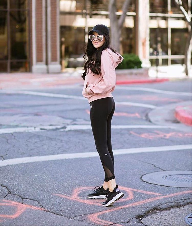 "6,483 curtidas, 35 comentários - LIKEtoKNOW.it (@liketoknow.it) no Instagram: ""Pop prink hoodie and sleek sneakers, we are loving @rachparcell's retro #LTKfit vibes 