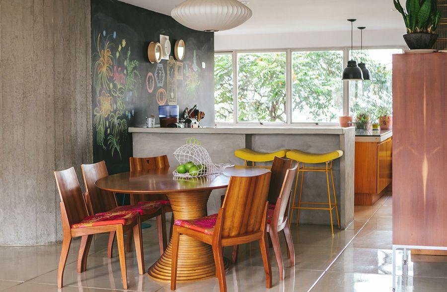 Nesse apê a cozinha foi aberta para que houvesse uma integração total com a sala de estar e jantar.  Veja o ambiente completo em www.historiasdecasa.com.br #todacasatemumahistoria #cozinhaintegrada #decoração