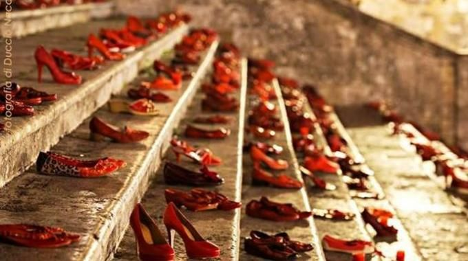 scarpe rosse in piazza santa croce il 25 novembre a firenze per dire basta alla violenza sulle donne scarpe rosse donne rosso scarpe rosse in piazza santa croce il