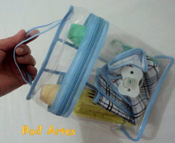 Necessaire Plástico Cristal <br>0,7 cm larg. x 11 cm comp. x 21 cm alt. <br> <br>Necessaire confeccionada com plastico cristal. <br>Ideal para ser usada para colocar a mamadeira de seu bebê, organizar sua mala, colocar seus produtos de higiene ou o que você preferir. <br>Com zíper e viés. <br>A necessaire vem com uma alça para maior conforto. <br>Os produtos contido na foto é somente ilustração. <br> <br>* POSSO CONFECCIONAR COM VIÉS NA COR QUE VOCÊ PREFERIR. <br> <br>ACIMA DE 12 PEÇAS…