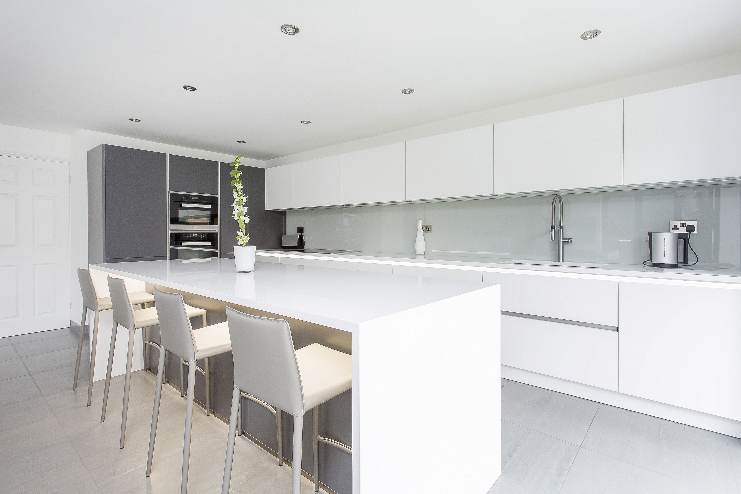 White and Grey Glass Handleless Nolte Matrix Art Kitchen | Home ...