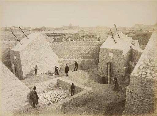 Todo tiene un comienzo:  Cimientos de la Torre Eiffel, durante su fase inicial el 28 de enero de 1887.