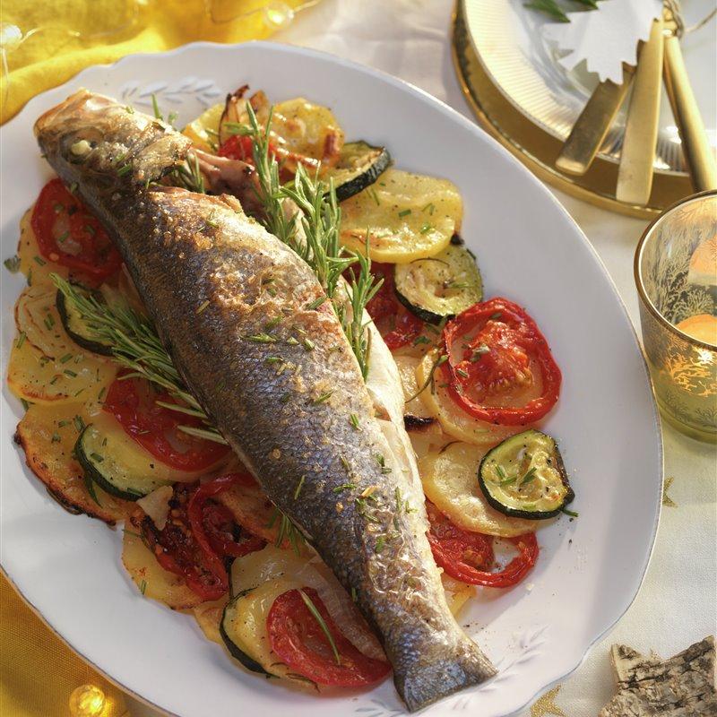 Lubina Al Horno Con Patatas Y Verduras Receta Lubina Al Horno Pescado Con Verduras Lubina Al Horno Recetas