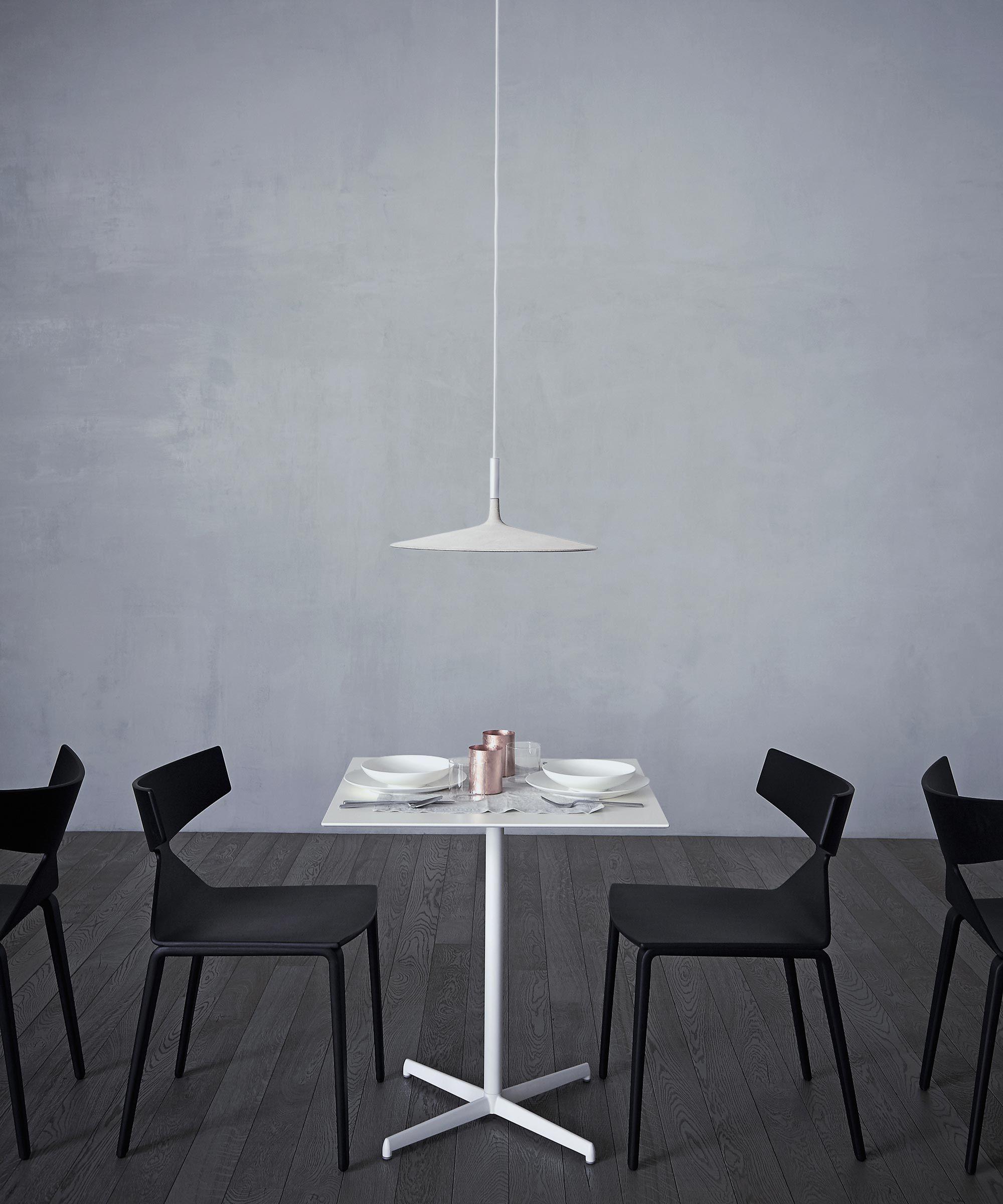 Raum mit lichtern aplomb large  beton pendelleuchte italienisch design  foscarini