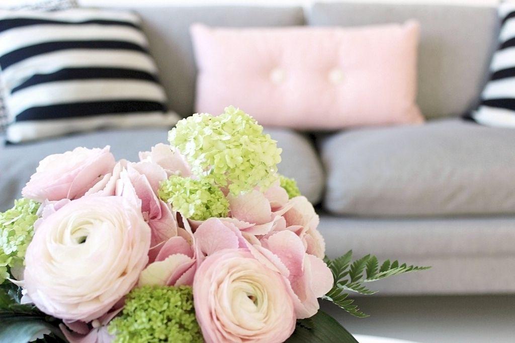Vaihtelevasti Valkoista: Kaksi tyynyä ja kukkakimppu