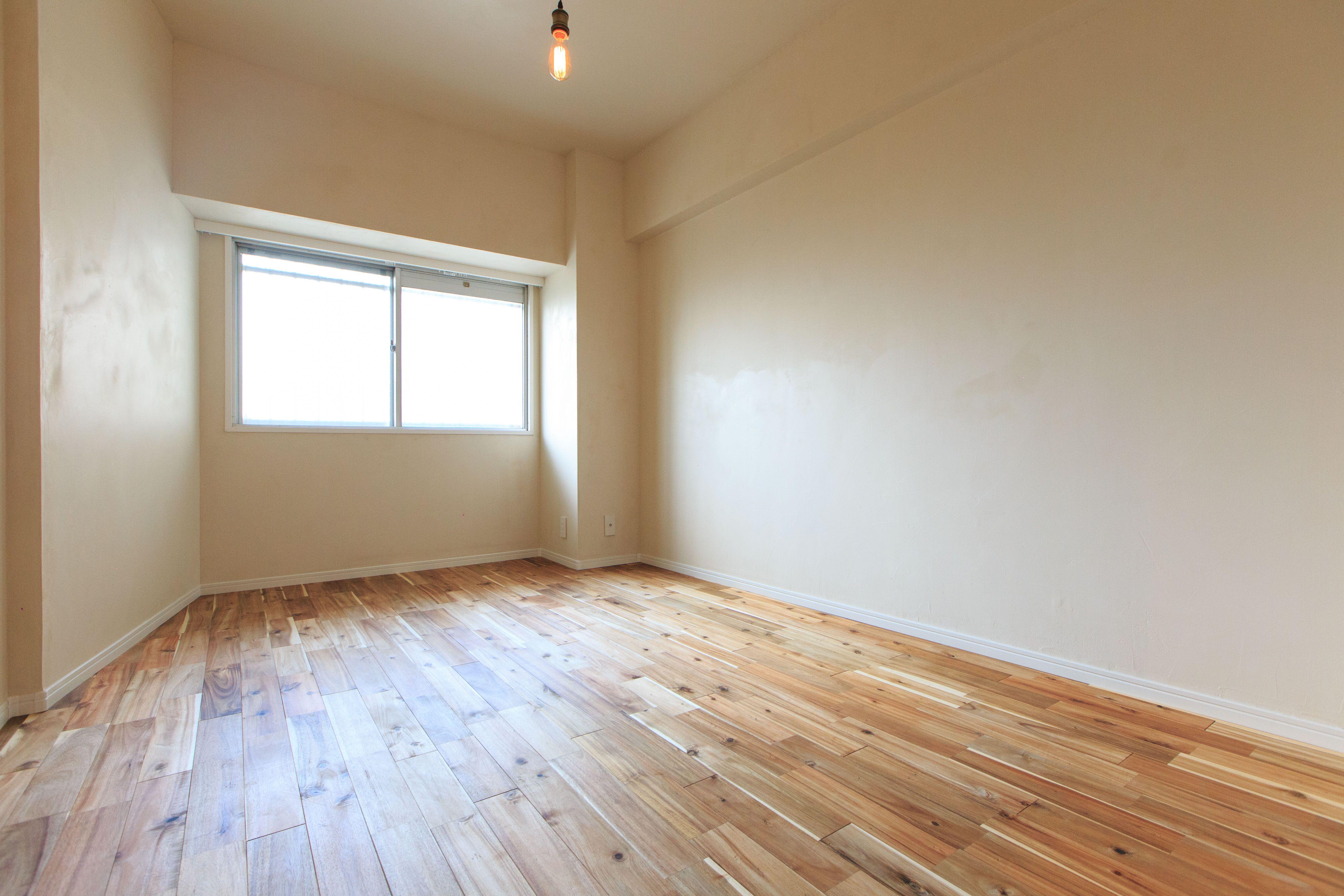 クロス貼りの洋室 天井 壁もシンプルなビニールクロスです 洋室 リフォーム 壁