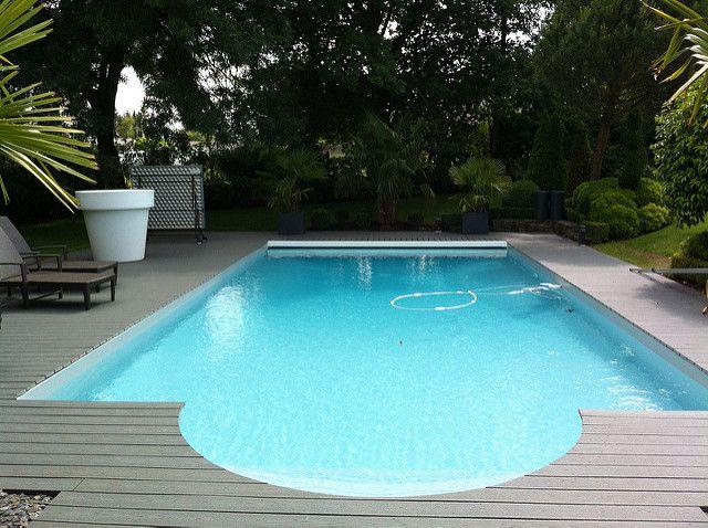 Grande terrasse en bois composite TREX autour de la piscine pour un