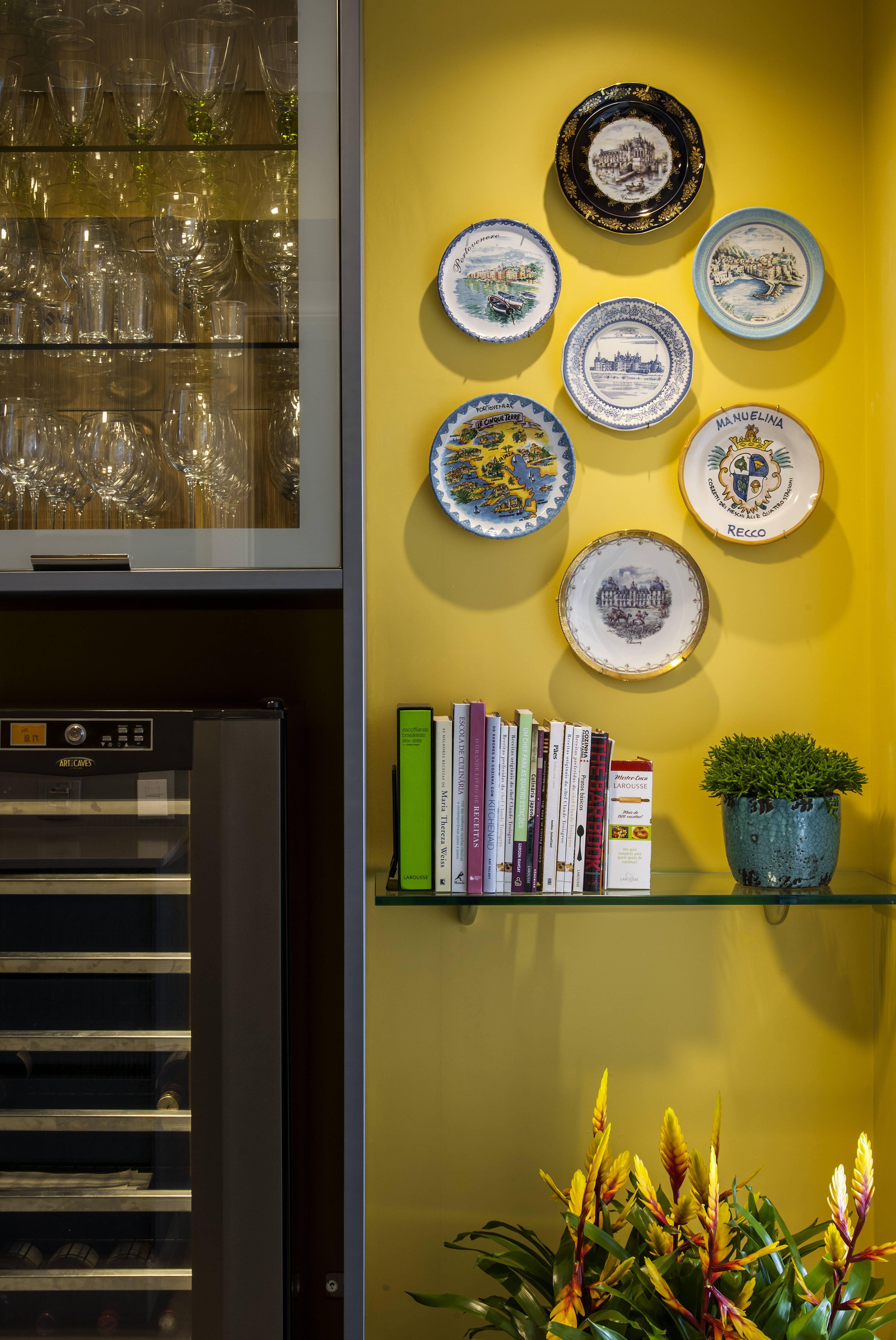 Cozinha com tons vibrantes de azul e amarelo   plate display #3 ...