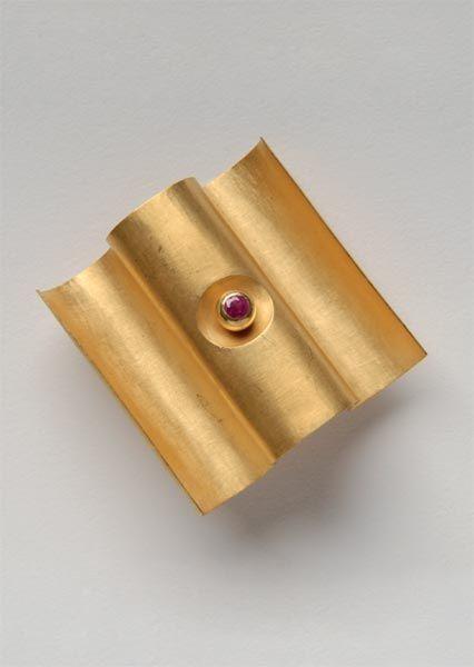 Mario Pinton Brosche, 1978 - Gold 750, Rubine - 35 x 35 x 17,5 mm - Inv. Nr. 349/2006/MP